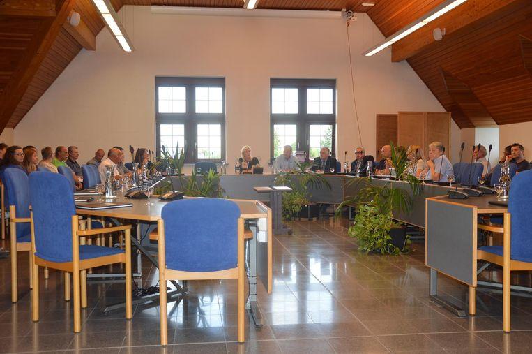 De meeste stoelen bleven leeg tijdens de gemeenteraad.