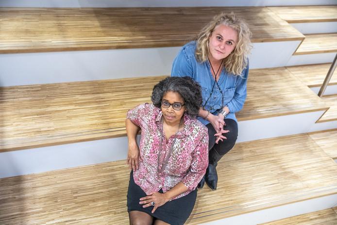 Meer aandacht voor het slavernijverleden en kleurverschillen in Zwolle, dat is het doel van Shirley Kambel en Asselien van Dijk (rechts). Samen met anderen organiseren zij Keti Koti Tafels, gesprekken over dit thema waarin persoonlijke ervaringen gedeeld worden.