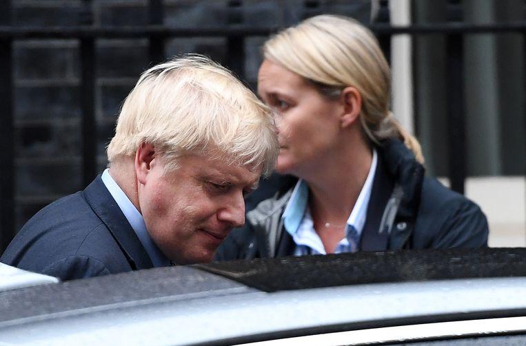 Premier Boris Johnson verlaat Downing Street 10 in Londen. Beeld EPA