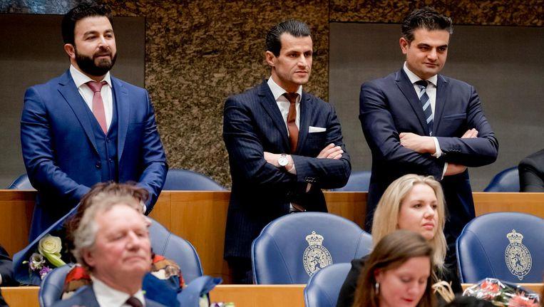 Tunahan Kuzu, Selçuk Öztürk en Farid Azarkan zijn boos over de plekken die zij in de vergaderzaal van de Tweede Kamer hebben gekregen. Beeld ANP