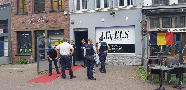 De politie werd vanochtend opgeroepen om een feestvierster te bevrijden die opgesloten was geraakt in nachtclub Levels.