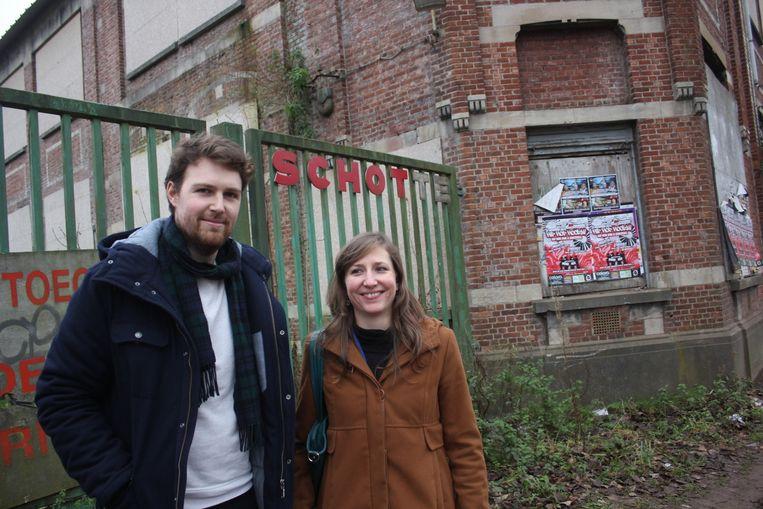 Bram Ringoir en Elise Van Opstal van scouts Sint-Kristoffel bij het Schotte-gebouw.
