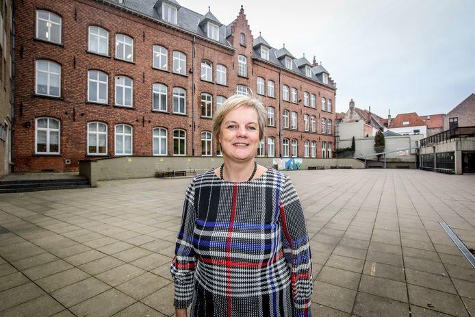 Directeur Sophie Van Hulle moest ingrijpen door de vele coronabesmettingen in de school.