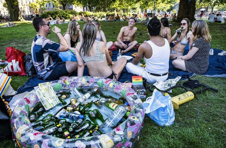 Jongeren bijeen op het Marineterrein in Amsterdam. Beeld ANP