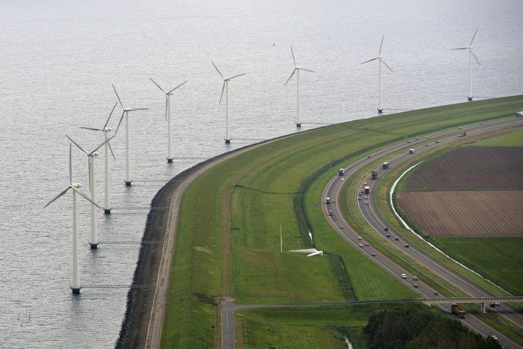 Windmolens langs de A6. Het kabinet heeft drie locaties op de Noordzee aangewezen waar grote windmolenparken worden aangelegd. Beeld anp