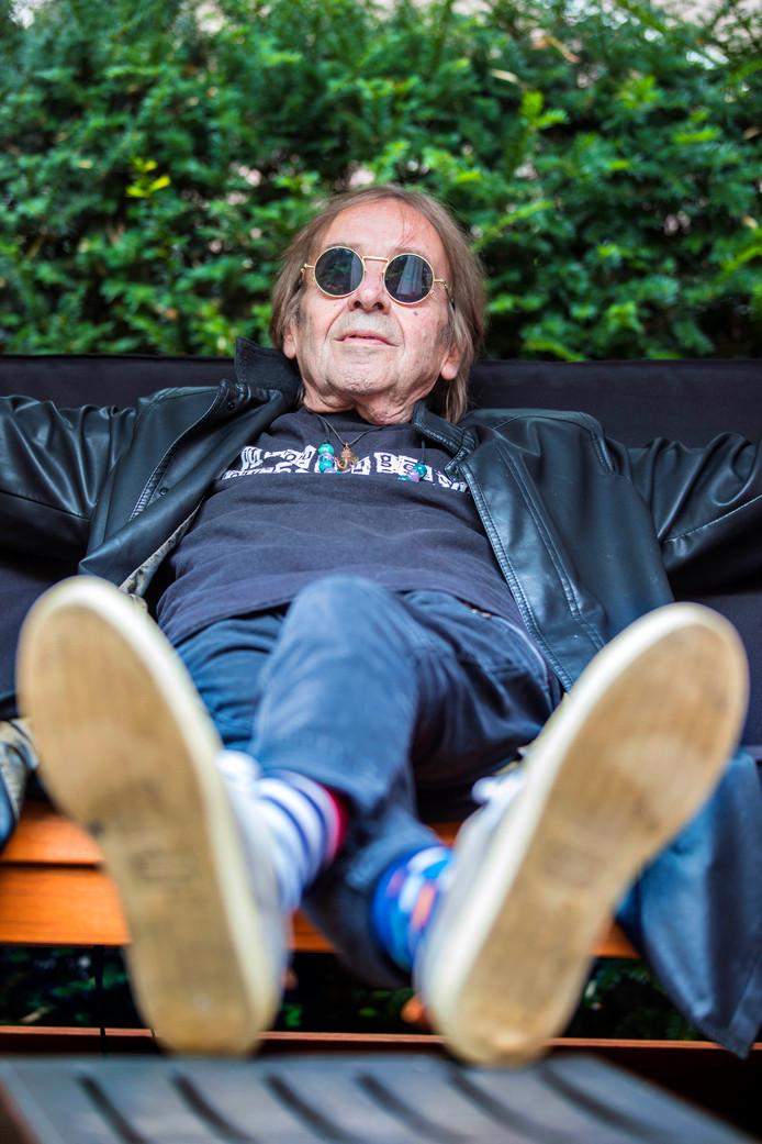 Joop Roelofs in het hospice: zonnetje, biertje erbij.