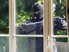 Inbreker slaat raam in en bloedt dood