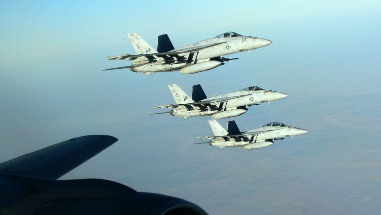 Amerikaanse F18's op weg om Syrische olie-installaties te bombarderen die door IS worden gebruikt. Beeld ap