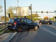 Automobilist rijdt door rood, moeder en baby ongedeerd na ongeval