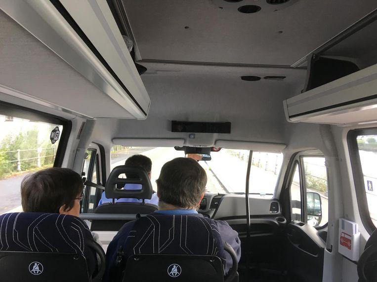 Toen uw reporter gisteren in het busje plaatsnam, waren er slechts twee andere passagiers. Er is plaats voor zestien reizigers.