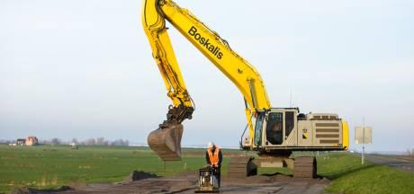 Monsterklus begonnen: vervuilde grond in Westdijk Bunschoten afgegraven en vervangen door schoon zand