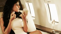 """Amerikaanse influencers posten foto's in fake privéjet. Veel kritiek: """"Dus alles wat we zien kan zomaar nep zijn?"""""""