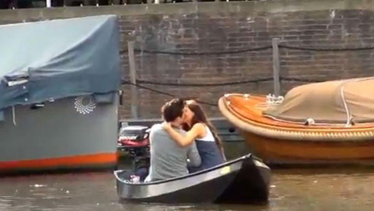Yolanthe en Johnny zoenend in een bootje. Beeld Screenshot AT5