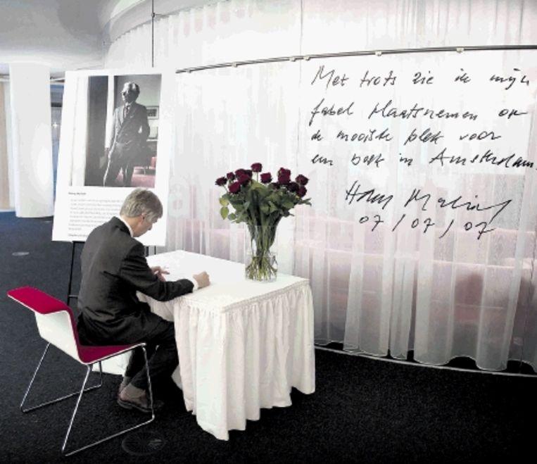In de Openbare Bibliotheek Amsterdam is een condoleanceregister geopend voor de overleden schrijver. ( FOTO ANP ) Beeld ANP