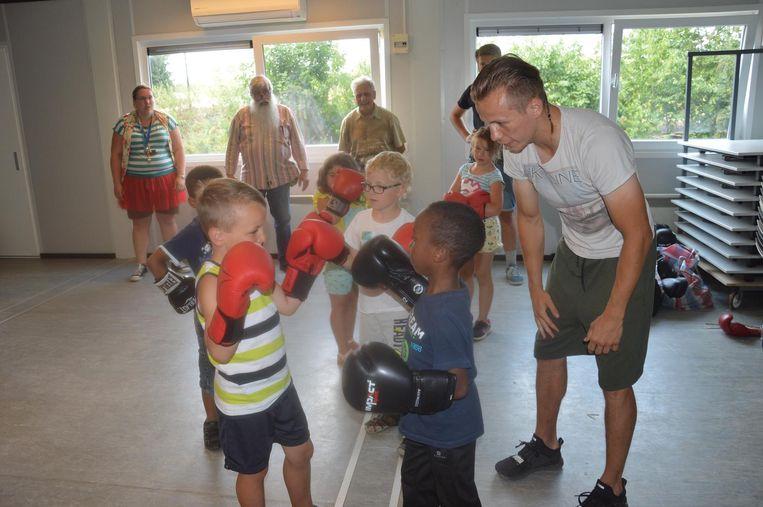 Junior Bauwens kwam gisteren boksles geven aan de kinderen van BiJeva.