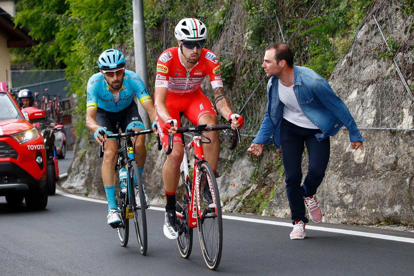 Cattaneo op kop, met Cataldo in zijn wiel.
