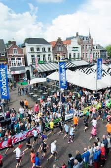 Spelletje tijdens verhit evenement: zoek de superheld met de minste kleren tijdens Halve Marathon Roosendaal