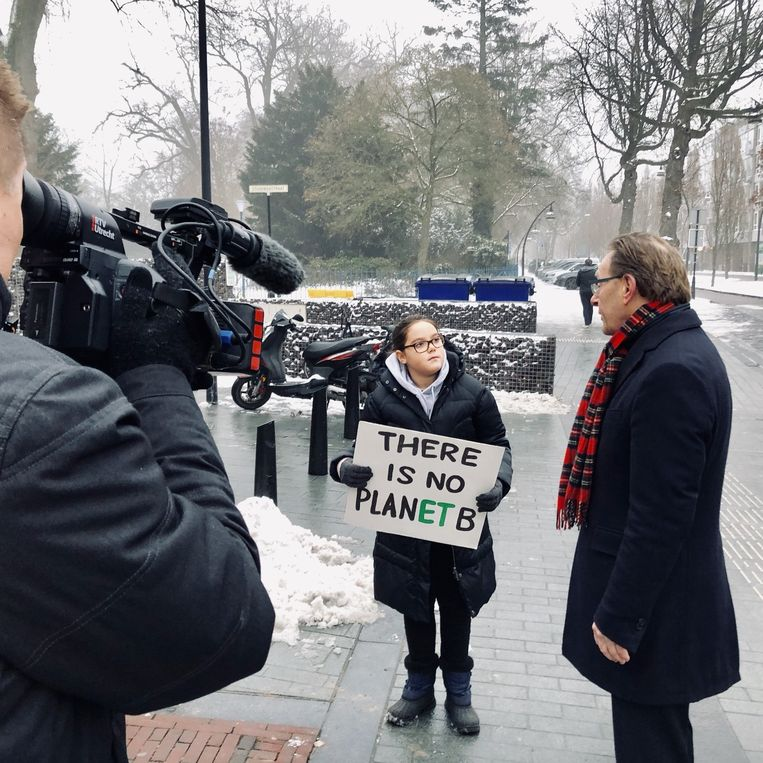10-year-old pro-climate activist Lilly Platt with the local mayor, photo Volkskrant/Margriet Oostveen