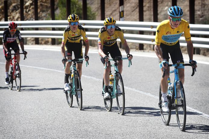 Jakob Fuglsang op weg naar de winst in Ubeda. Hij wordt achtervolgd door Chris Harper en Antwan Tolhoek van Team Jumbo - Visma.