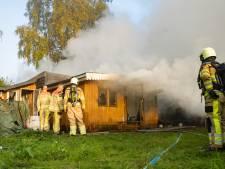 Brand in houten chalet op camping 't Haasje bij Olst, politie doet onderzoek