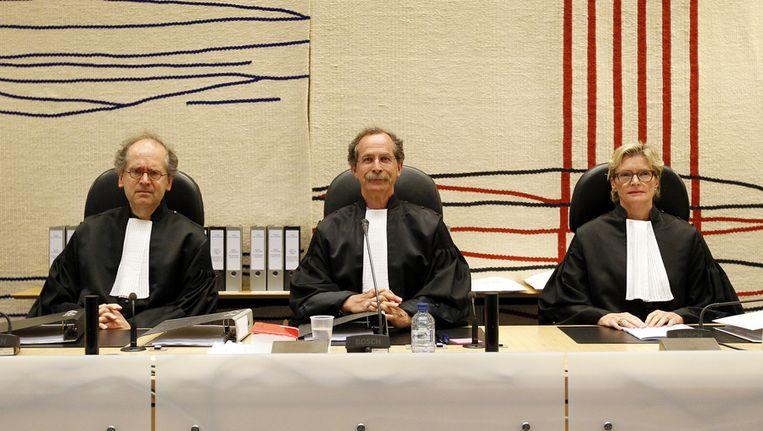 Van links naar rechts: Rechter mr. M.J. Diemer, president van de rechtbank mr. F.G. Bauduin en rechter mr. G.M. Boekhoudt gisteren voor aanvang van het uitspreken van het vonnis in de Amsterdamse zedenzaak tegen Richard van O. en Robert M. in de rechtbank in Amsterdam. Beeld ANP