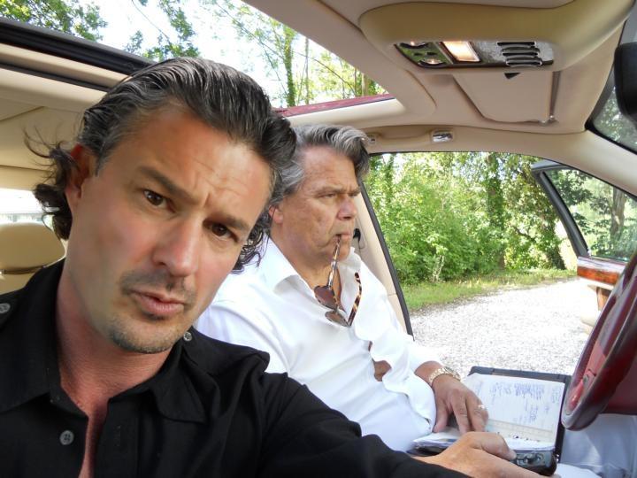 Henk Verhaeren naast Emile Ratelband in diens aubergine Bentley Arnage. foto CocoBooks