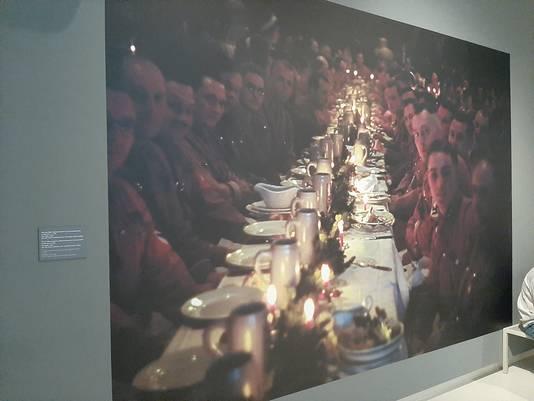 Het Design Museum Den Bosch hing deze foto op bij haar expositie Design van het Derde Rijk. Aanvankelijk werd in het bijschrift vermeld dat het SS'ers aan de kerstdis waren, in 1941. Maar student Job van den Broek moest het museum erop wijzen dat dit nooit kon kloppen
