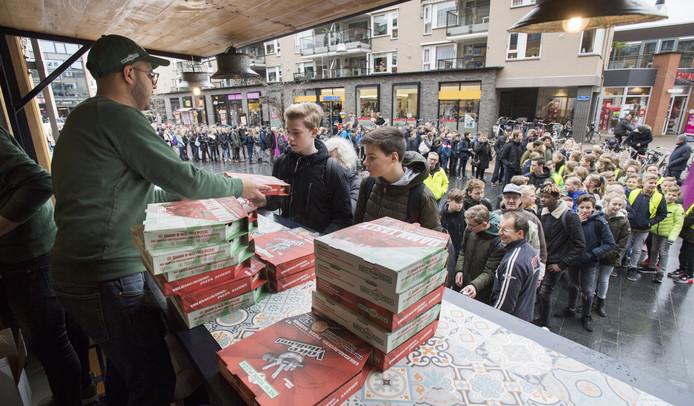 Pizzaliefhebbers kunnen vrijdagmiddag vanaf 12.00 uur een gratis pizza ophalen in Nijverdal. De pizza's worden door New York Pizza uitgedeeld vanuit een foodtruck op het Henri Dunantplein.
