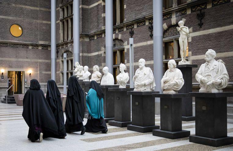 Bezoekers van de Tweede Kamer gekleed in een nikab, voor aanvang van het debat in de Tweede Kamer over gezichtsbedekkende kleding. Beeld null