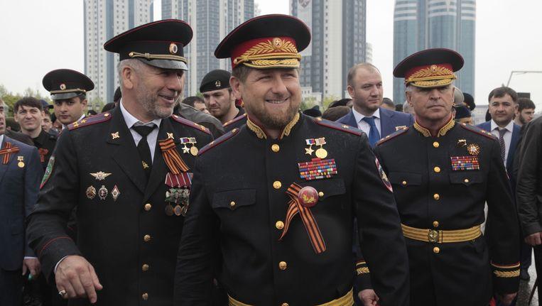 Kadyrov (midden) in mei vorig jaar, in een Russisch legeruniform. Beeld ap