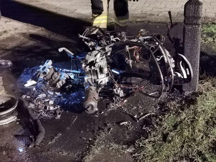 De uitgebrande scooter in Wageningen.