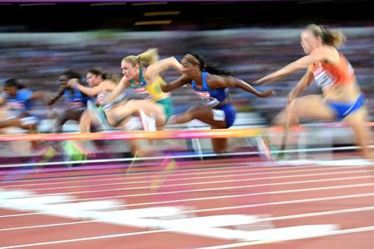 Sally Pearson (midden) op weg naar het goud.