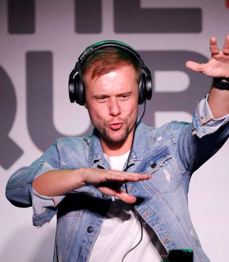 Armin viert de zomer op het water, Gerard swingt in Bangkok