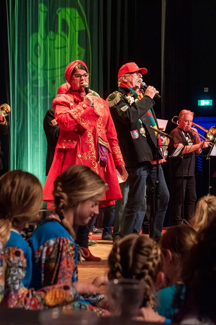 De finale van het liedjesfestival in Boemeldonck: TTT met Els en Rob (die eigenlijk Bert heet).