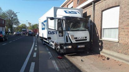 Vrachtwagen botst tegen gevel na ongeval
