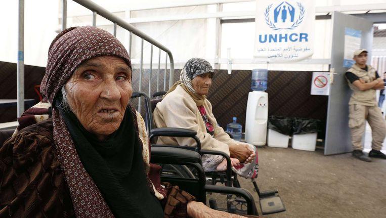 Syrische vluchtelingen wachten om geregistreerd te worden in Libanon.