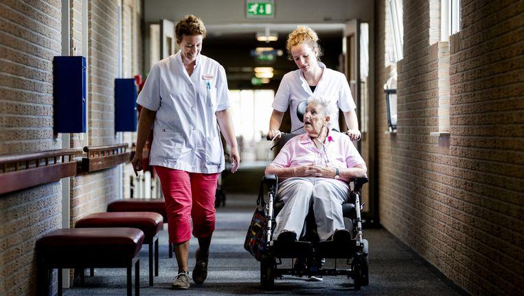 Een bewoonster met verpleegsters op locatie de Meente, onderdeel van Stichting IJsselheem Holding. De stichting is een van de elf verpleeginstellingen die volgens de Inspectie voor de Gezondheidszorg (IGZ) het slechtst presteert, en overweegt stappen te ondernemen tegen de Inspectie. Beeld null