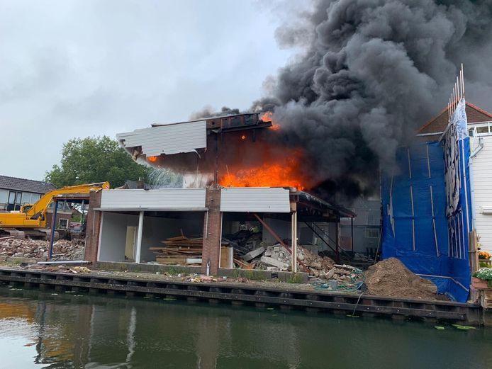 De brand heeft voor veel schade gezorgd aan het pand.