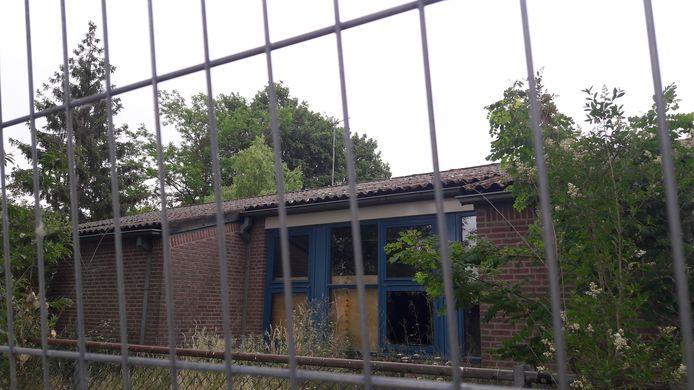 Een groot hek om voormalige basisschool Elckerlyc