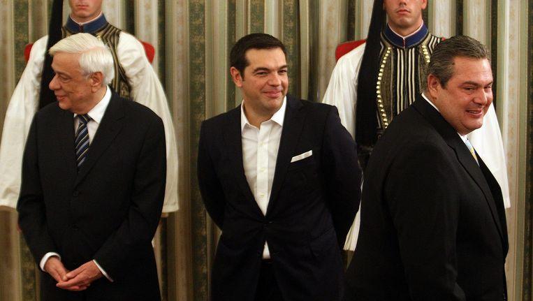De Griekse president Prokopis Pavlopoulos (links), premier Alexis Tsipras en Panos Kammenos, partijleider van ANEL, bij de installatie van het nieuwe kabinet. Beeld epa
