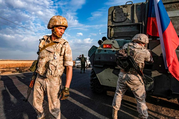 Russische militairen patrouilleren in de buurt van de Syrische stad Amuda, in het noordoosten van het land. Beeld AFP