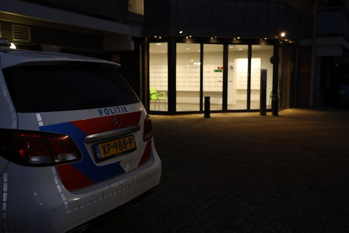 De politie was het hele weekeinde bezig met onderzoek in het appartement.
