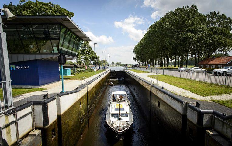 Een boot in de sluis in de Oude IJssel bij Doesburg. De sluis is wegens laagwater gesloten voor vrachtschepen die langer zijn dan 55 meter. Beeld ANP