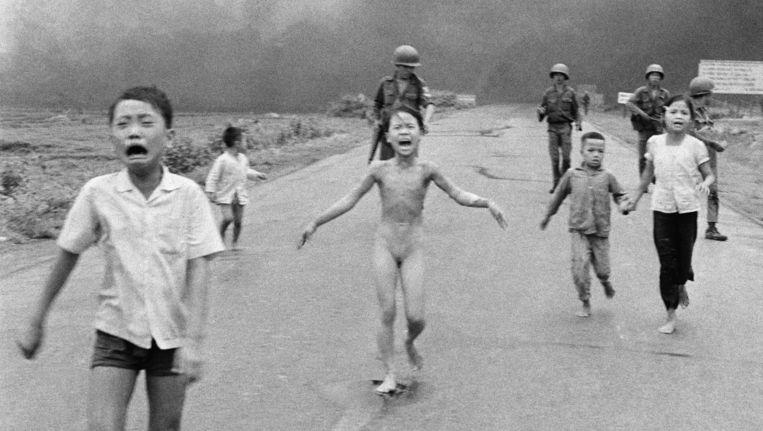 Vietnam, 8 juni 1972; het naakte meisje Kim Phuc (9) en andere kinderen vluchten na een napalmaanval. Beeld Nick ut/ap