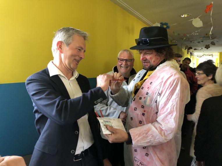 Burgemeester Renaat Huysmans stemde niet op zichzelf, maar op de stand-upcomedian uit zijn dorp