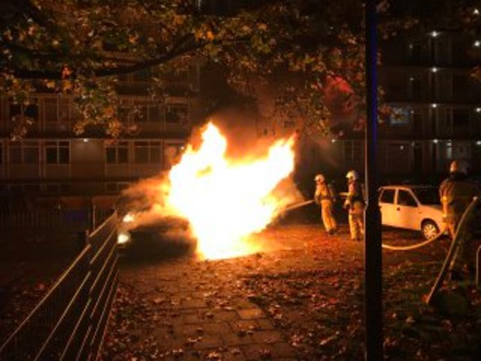 Vrijdagochtend is een auto aan de Pythagorasstraat in Apeldoorn in vlammen opgegaan.