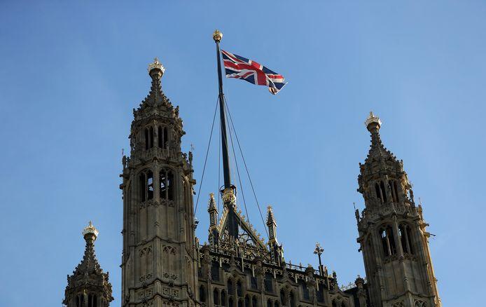 De Britse vlag wappert boven het House of Lords.
