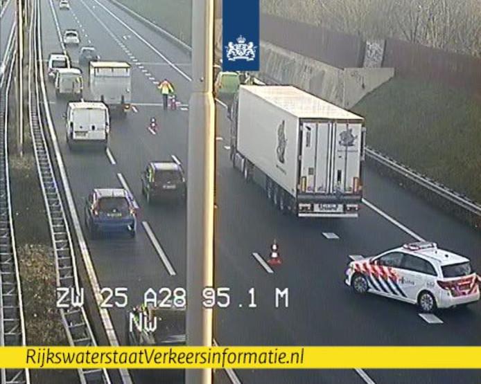 Op de A28 bij Zwolle is een ongeluk gebeurd, waarbij een vrachtwagen is betrokken.