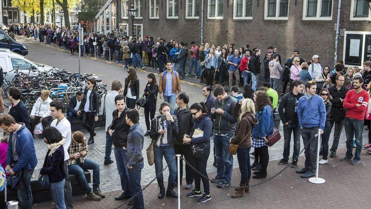 Toeristen in de rij bij het Anne Frank Museum. Beeld Julius Schrank