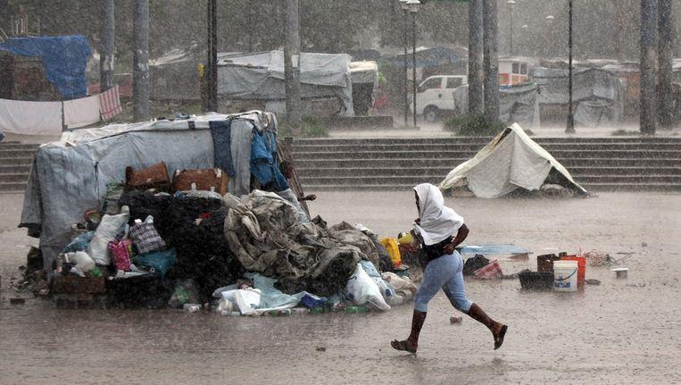 Regen valt neer op vluchtelingenkamp Champs de Mar in Port au Prince, april 2012 Beeld